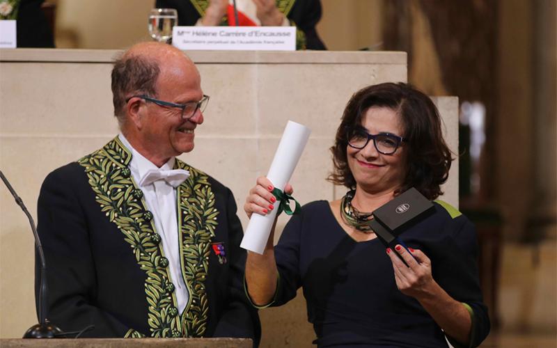 Patricia Brasil, chercheur en maladies infectieuses au Brésil, recevant le Prix Christophe Mérieux 2018 à l'Institut de France